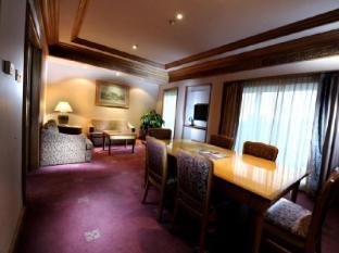 Riverside Majestic Hotel Kuching - Business Suite Living room