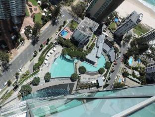 Q1 Resort and Spa Gold Coast - Swimming Pool