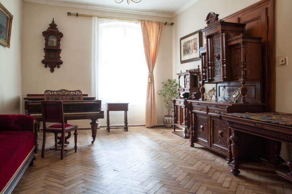 Central Antique 4 Room Apartment On Rynok Square