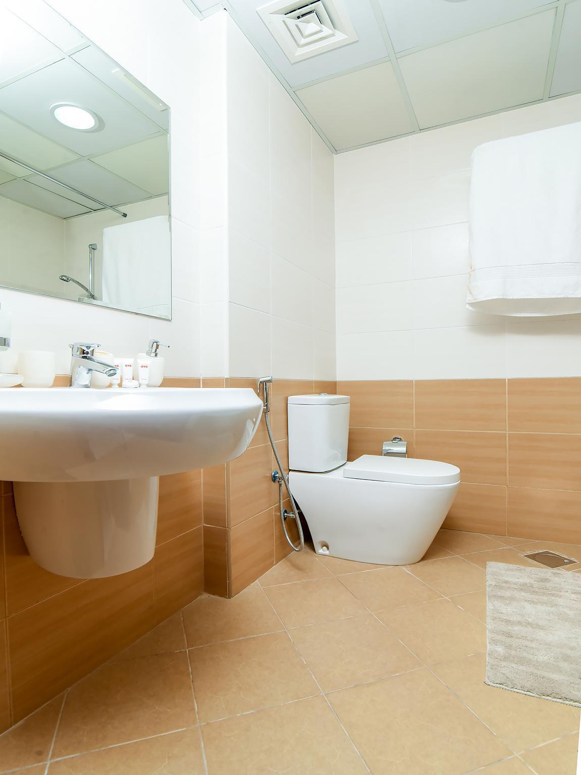 OYO Home 2422BHK Marina Suites