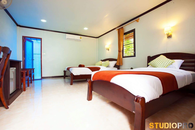Lanta Coral Beach Resort (Family Bungalow) บังกะโล 1 ห้องนอน 1 ห้องน้ำส่วนตัว ขนาด 30 ตร.ม. – เกาะลันตาน้อย