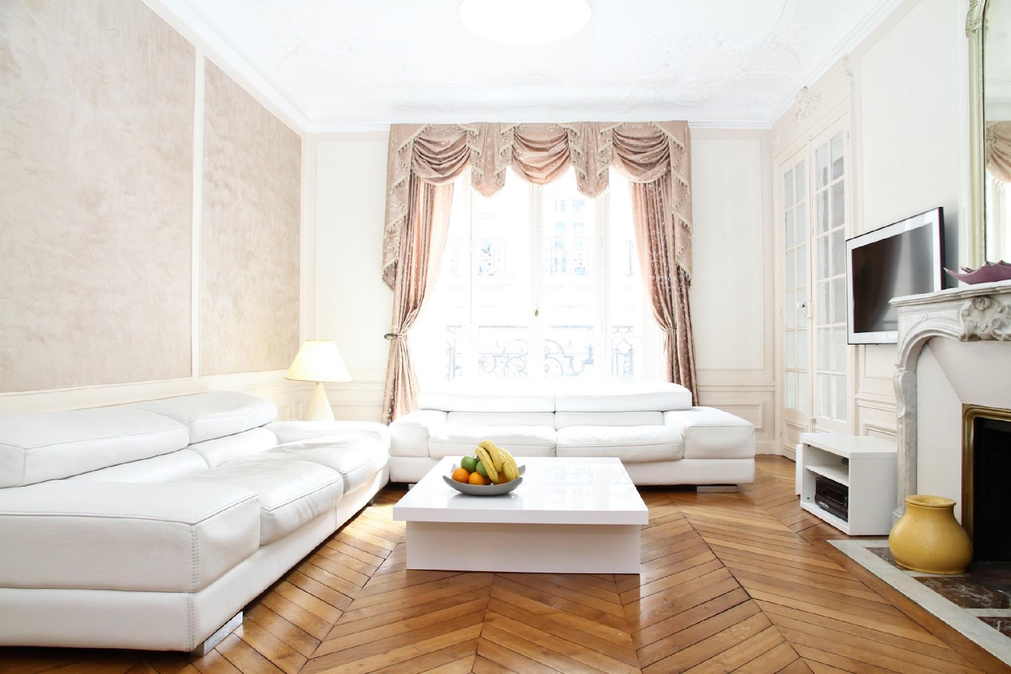 HEART OF LATIN QUARTER  SPACIOUS 3BR WITH BALCONY