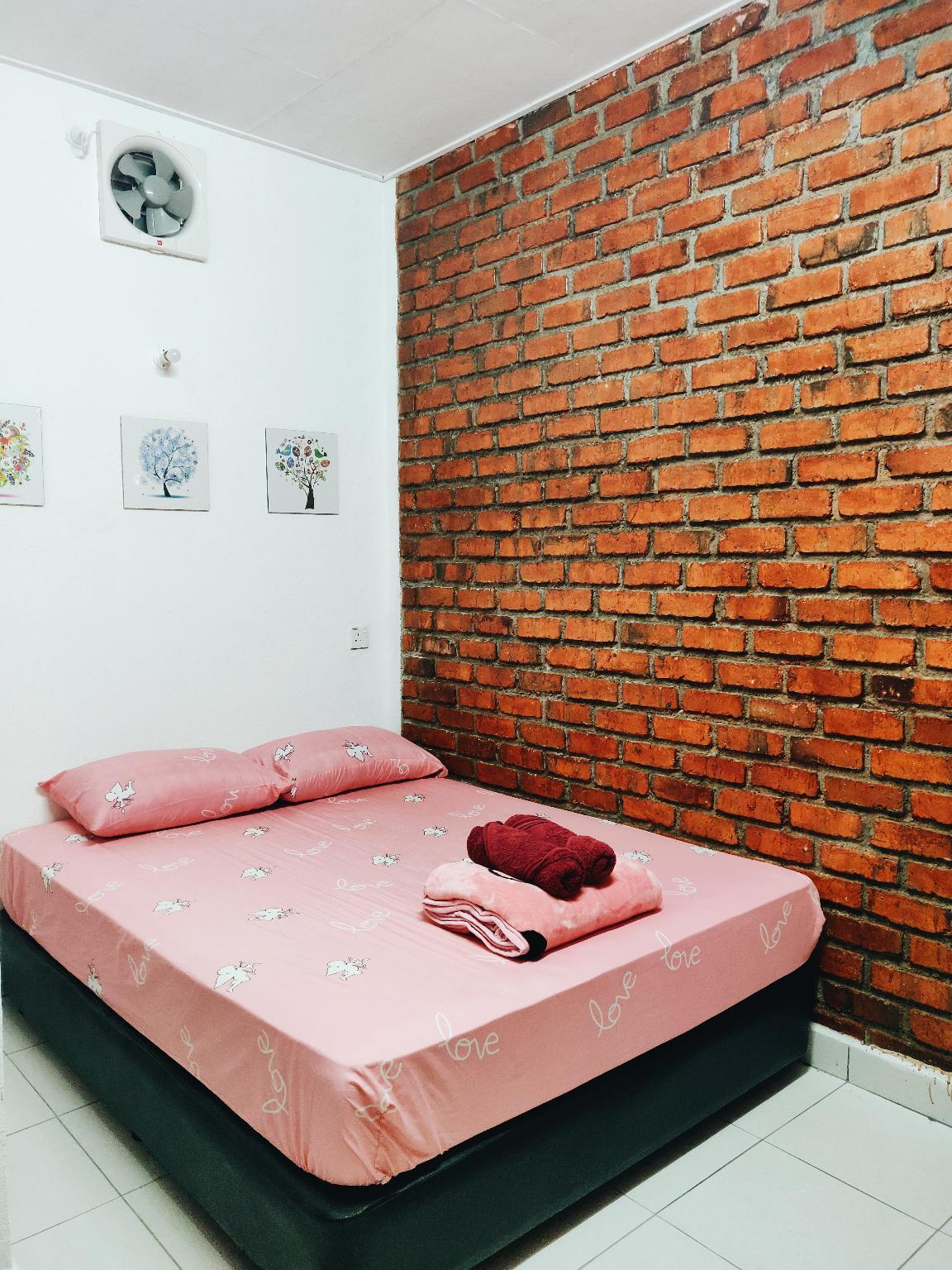 Scarlet Brick Cottage   FREE WiFi
