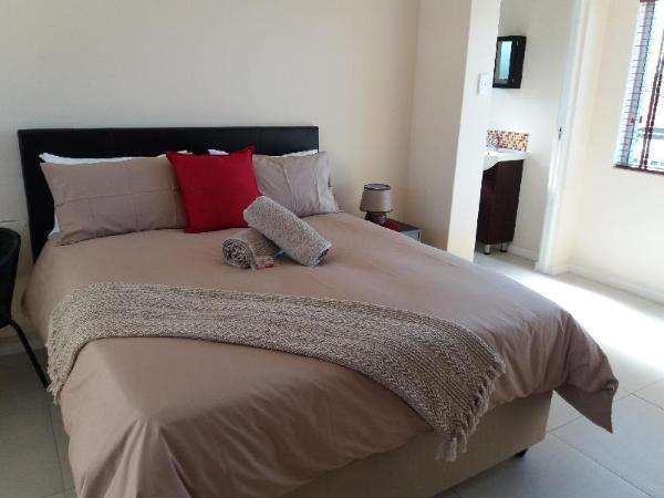 Flamingo Palms- Studio Apartment with Balcony Cape Town