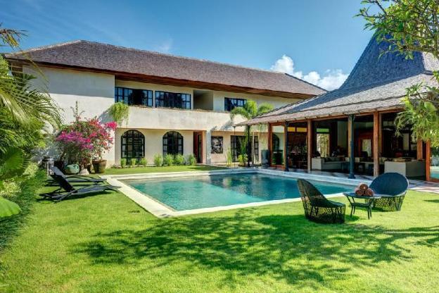 Sumptuous Wooden Villa, 5 BR, Canggu w/ staff